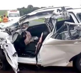 Motorista fica preso às ferragens após bater na traseira de...