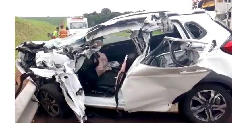 Motorista fica preso às ferragens após bater na traseira de caminhão
