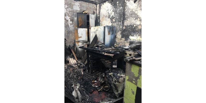 Mulher é presa após atear fogo no companheiro e incêndio destruir casa