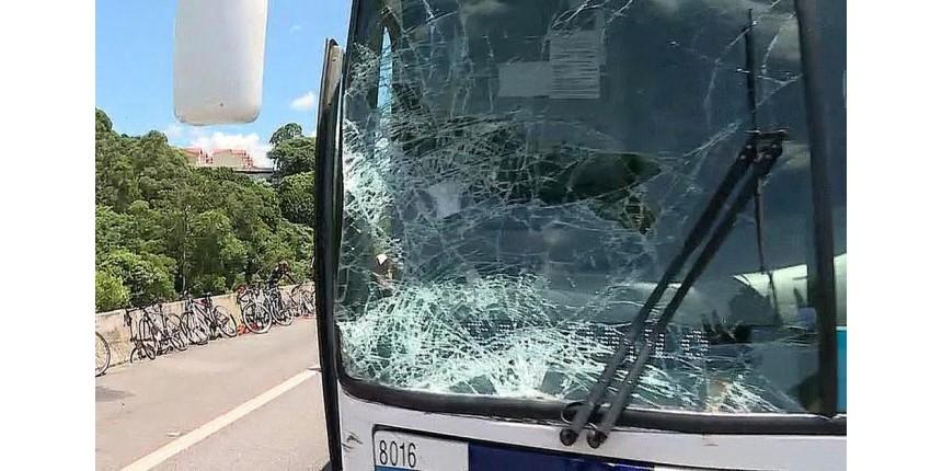 Ônibus atropela ciclistas na Rodovia e duas pessoas morrem