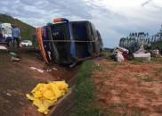 Ônibus com 50 passageiros tomba na Castelo Branco