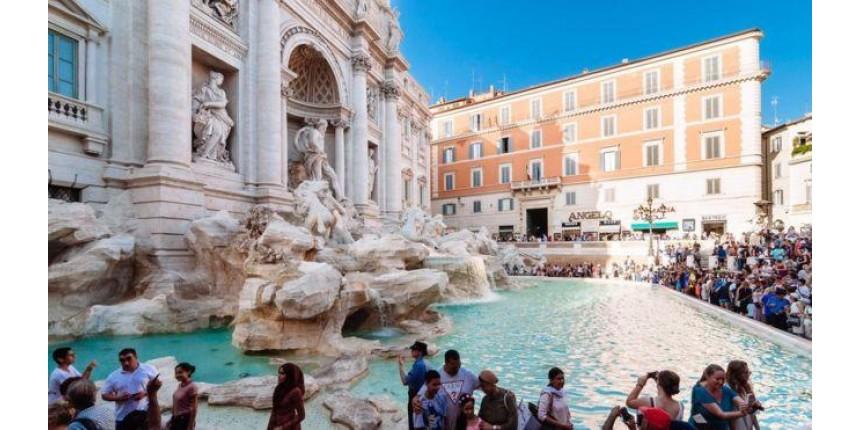 Prefeitura e Igreja brigam por milhões em moedas jogados na fonte por turistas