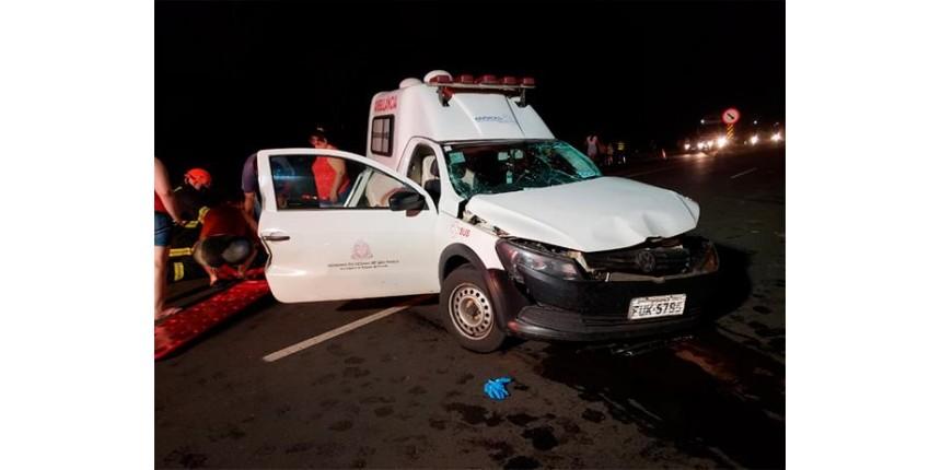 Acidente entre ambulância e caminhonete um morto e quatro feridos na SP-294