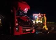 Acidente entre três caminhões deixa motorista morto em rodovia
