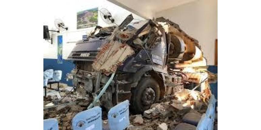 Caminhão invade igreja e deixa prédio destruído