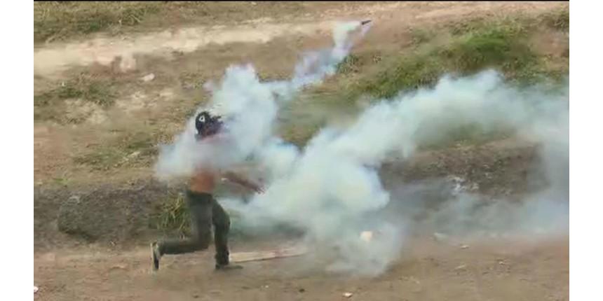 Exército da Venezuela entra em confronto com manifestantes na fronteira com o Brasil