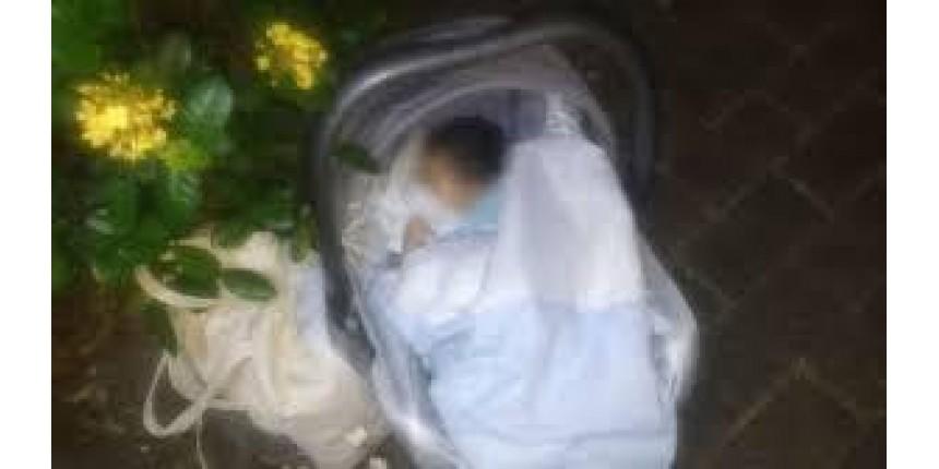 Mãe de bebê abandonado em praça foi identificada após denúncia anônima