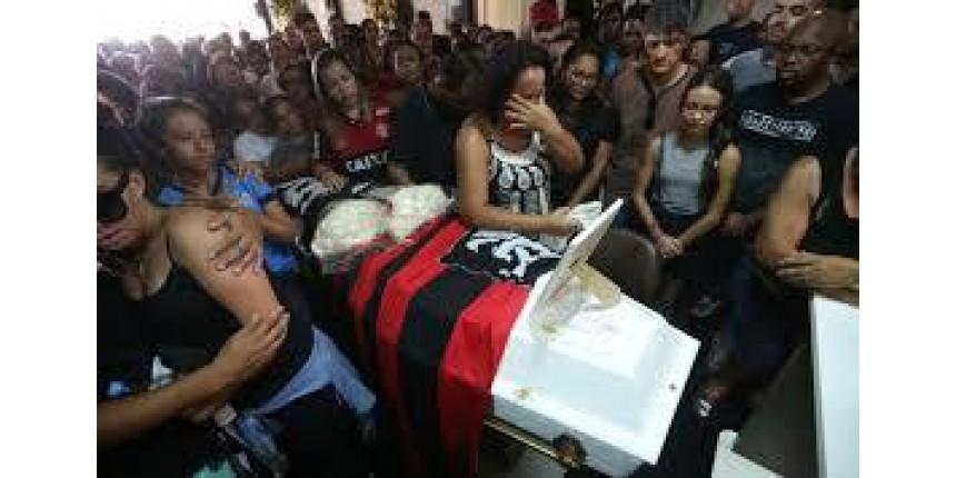 Sob hino do Flamengo e 'Parabéns pra você', corpo de Arthur Vinicius é sepultado