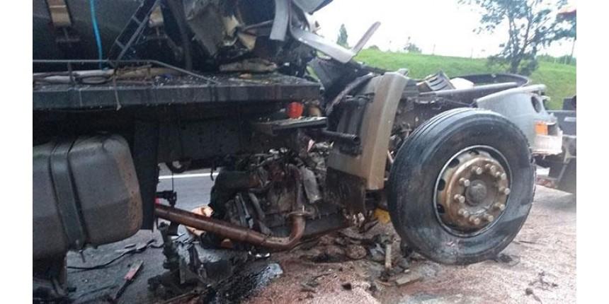 Acidente entre caminhões deixa morto e ferido; cabine ficou destruída