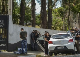 Após atentado, escola é reaberta para planejar acolhimento de...