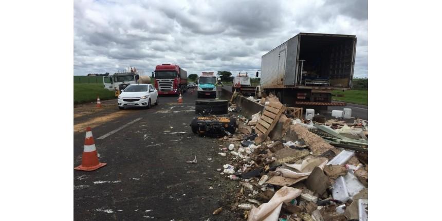 Caminhão tomba e deixa rodovia Raposo Tavares interditada em Ibirarema
