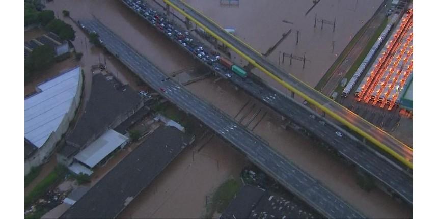 Forte chuva isola cidades e mata 2 na Grande São Paulo