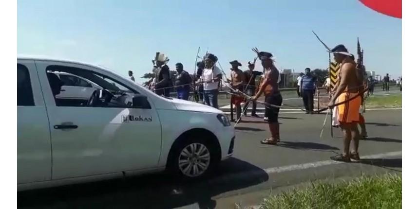 Índios interditam a rodovia Marechal Rondon durante protesto