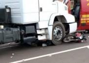 Motociclista morre após cair embaixo de caminhão
