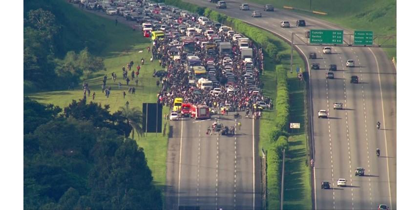 Rodovia dos Imigrantes é interditada após pouso de helicóptero Águia da PM para socorrer vítima de acidente