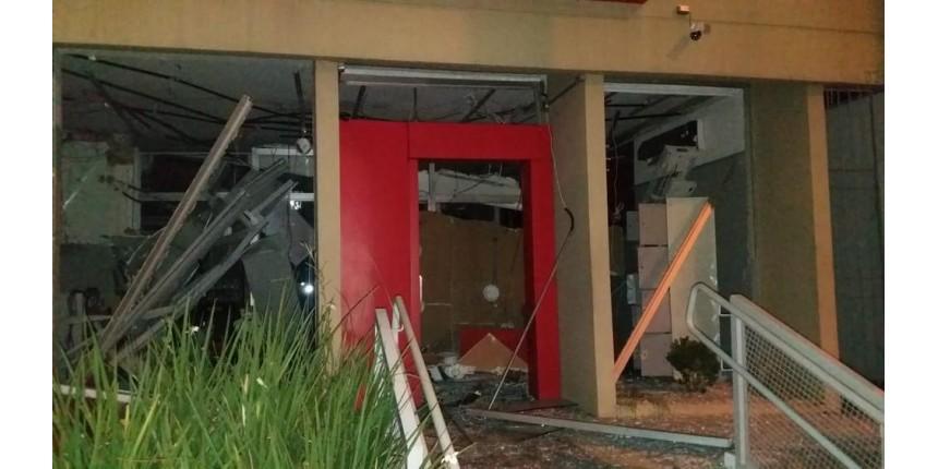 Bandidos explodem caixas eletrônicos de agência bancária em Santa Maria da Serra
