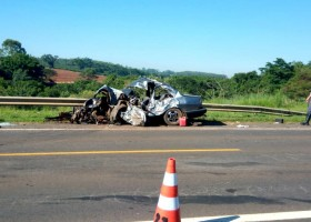 Motorista e passageira de carro morrem em batida com caminhão