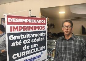 Copiadora imprime currículo de graça para desempregados