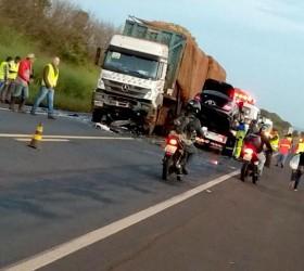 Empresário morre após bater carro de frente com caminhão em...