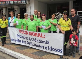 """""""Multa Moral"""" com cadeira de rodas e panfletagem em cruzamentos movimentam o..."""