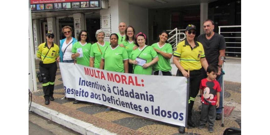 """""""Multa Moral"""" com cadeira de rodas e panfletagem em cruzamentos movimentam o Maio Amarelo em Marília"""