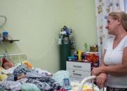 A tocante história da enfermeira que adotou garoto com paralisia...