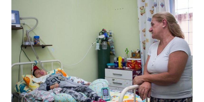 A tocante história da enfermeira que adotou garoto com paralisia cerebral abandonado pelos pais