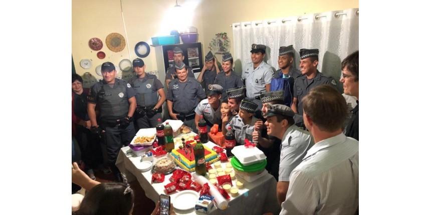 Após enviar carta para PM, menino com síndromes raras ganha festa de aniversário surpresa de policiais