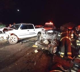 Colisão frontal entre carro e caminhonete mata homem