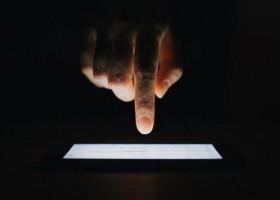 Como ativar o modo escuro, função que economiza bateria do celular e...