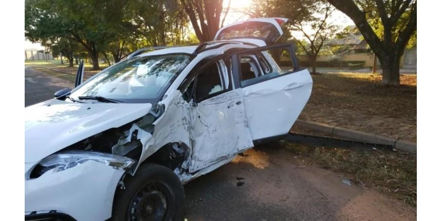 Jovem morre após sofrer acidente de carro dentro de condomínio