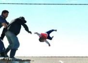 Policial resgata bebê que foi jogada do telhado pelo próprio...
