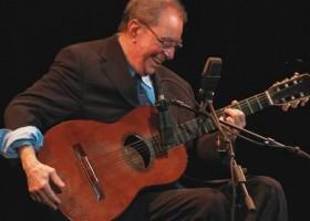 Hoje morreram o cantor e compositor João Gilberto e o Jornalista Salomão...
