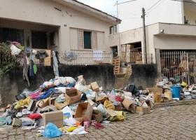 Idoso tenta retirar material acumulado em casa pela esposa...