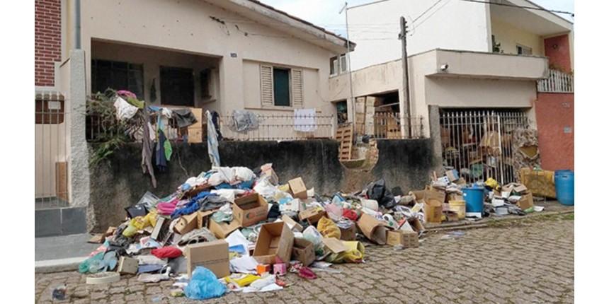 Idoso tenta retirar material acumulado em casa pela esposa por 20 anos: 'Não sei o que fazer'