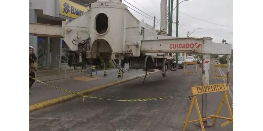 Máquina gigante deixada na frente de banco é retirada após quase uma semana
