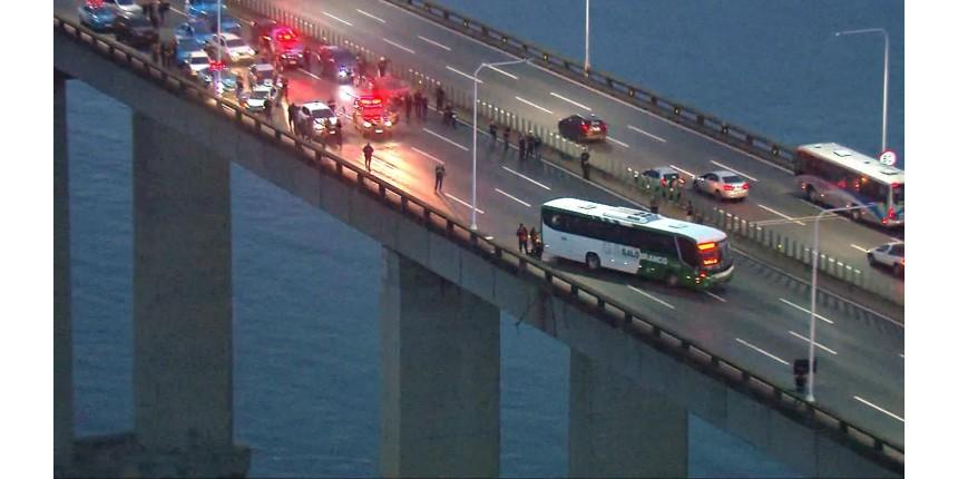 Homem armado faz reféns em ônibus na Ponte Rio-Niterói; tráfego em direção ao Rio está fechado