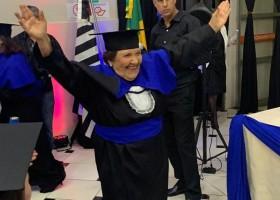 Idosa realiza sonho e se forma em pedagogia aos 81 anos: 'Brincavam...