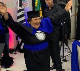 Idosa realiza sonho e se forma em pedagogia aos 81...