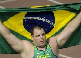 Medalhas na natação e ouro inédito do atletismo marcam dia do Brasil