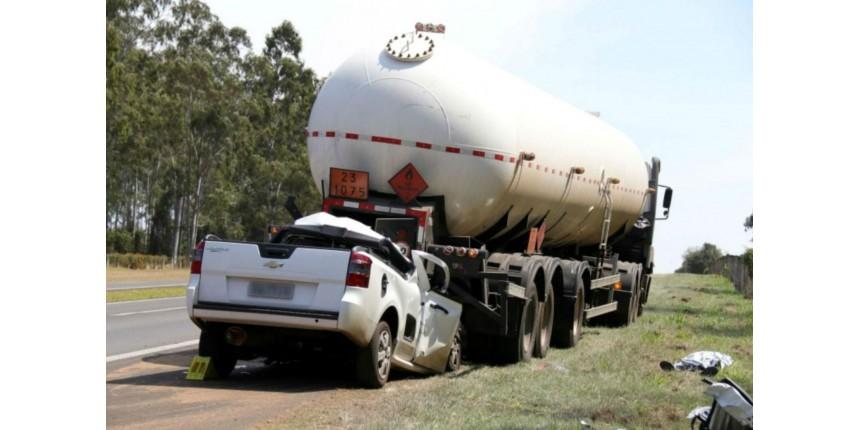 Motorista morre após bater na traseira de caminhão em rodovia