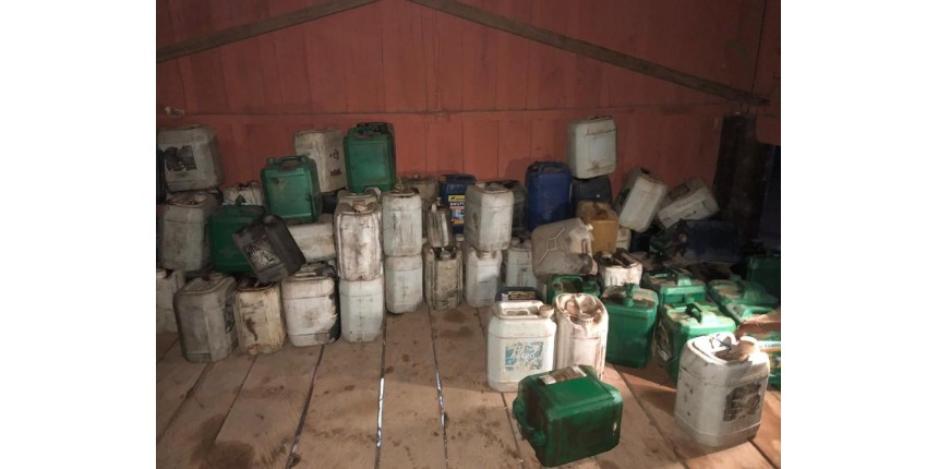 Polícia apreende galões com gasolina utilizada para queimar mata