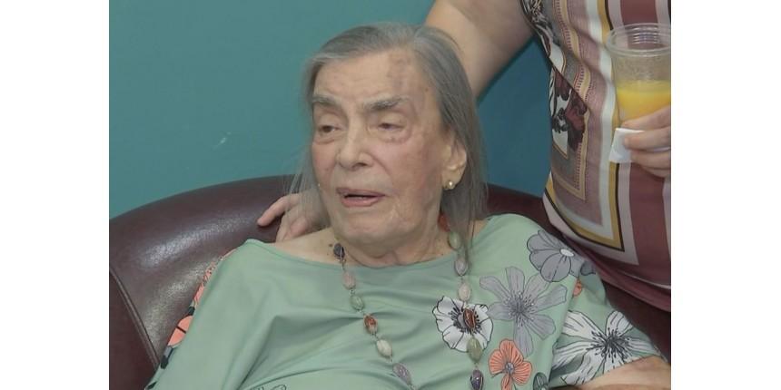 Idosa faz 105 anos e ganha festa em centro de fisioterapia