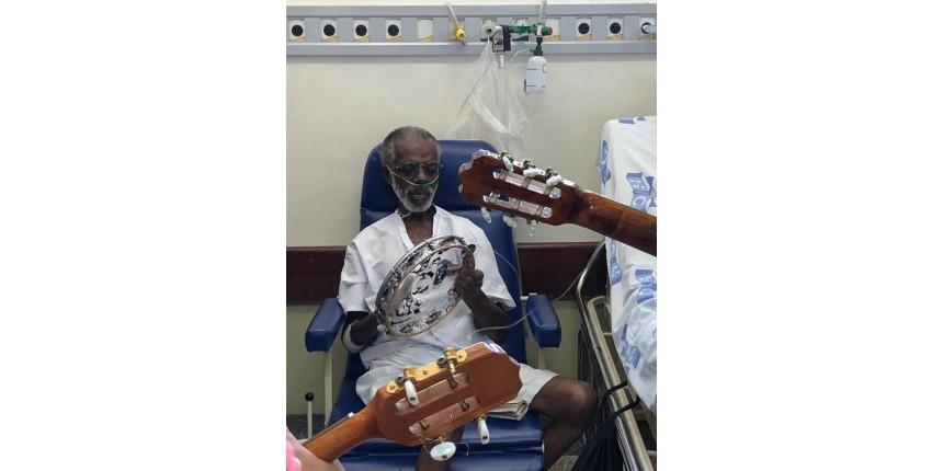 Idoso com câncer que ganhou roda de samba no hospital recebe alta em Marília: 'A música ajudou'