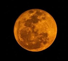 Lua vista de MS fica vermelha por conta de incêndios...