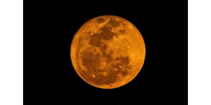 Lua vista de MS fica vermelha por conta de incêndios e poeira, diz especialista em meteorologia
