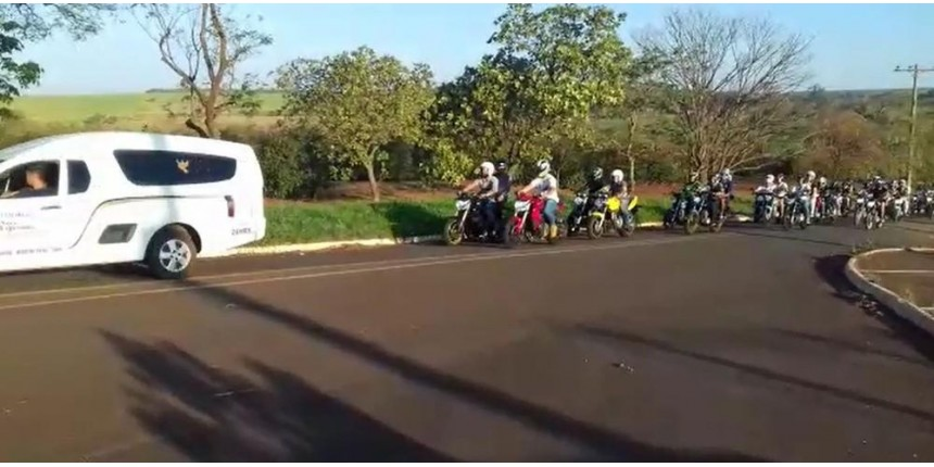 Motociclistas acompanham cortejo de casal de namorados que morreu ao bater moto contra poste