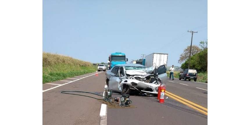 Mulher morre e outras duas ficam feridas após carro bater de frente com caminhão