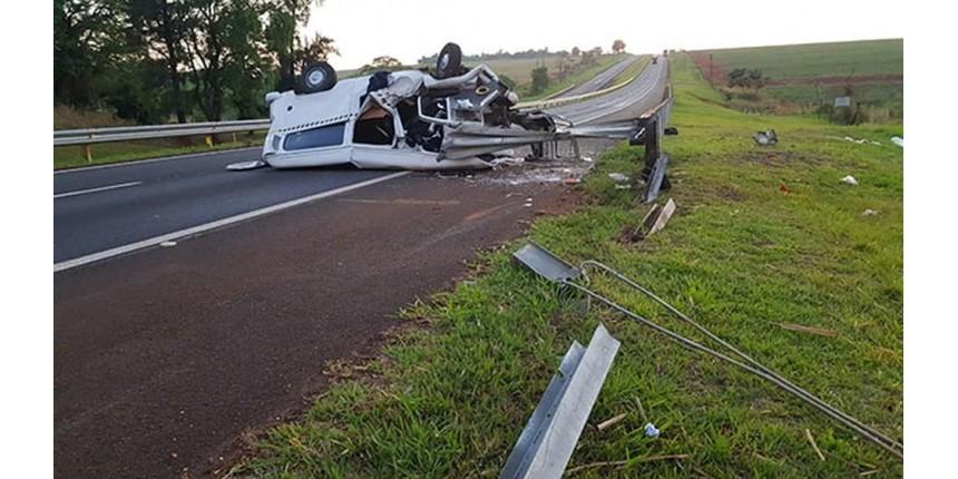 Kombi capota e deixa um morto e quatro feridos em rodovia