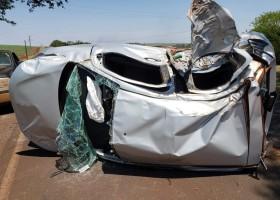 Mulher grávida é resgatada de carro que capotou após batida com caminhão